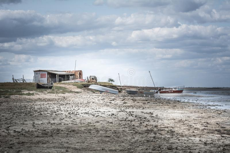 Cabana e barcos da pesca da paisagem do mar imagens de stock royalty free