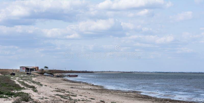 Cabana e barcos da pesca da paisagem do mar fotos de stock royalty free