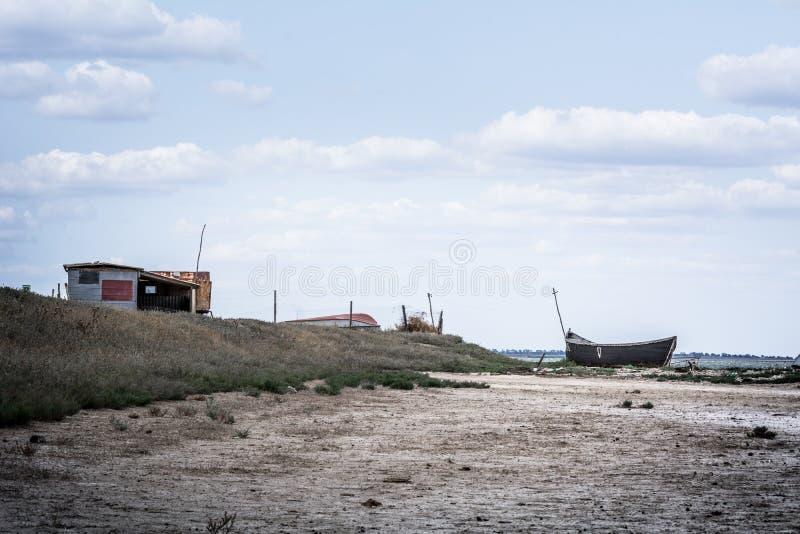Cabana e barcos da pesca da paisagem do mar imagem de stock royalty free