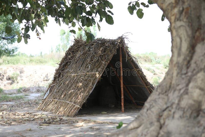 Cabana feita da casca e dos bambus imagens de stock