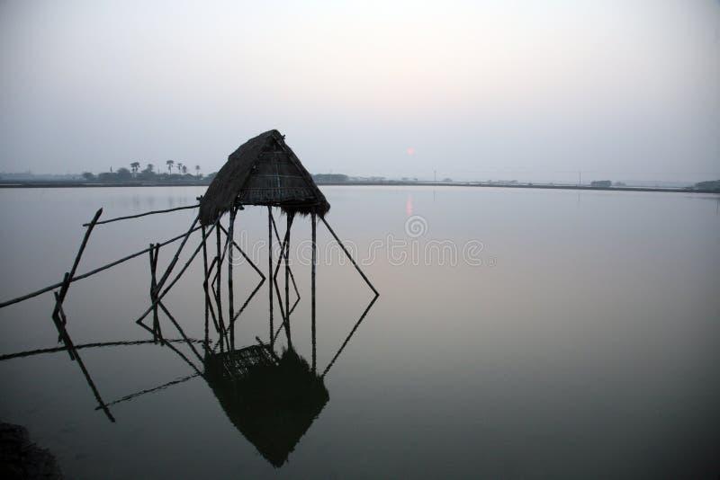 Cabana modesta da palha de pescadores indianos fotografia de stock