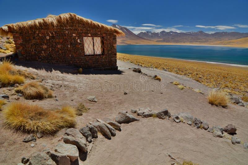 Cabana no lago Miscanti Reserva nacional dos flamencos do Los Região de Antofagasta chile fotografia de stock