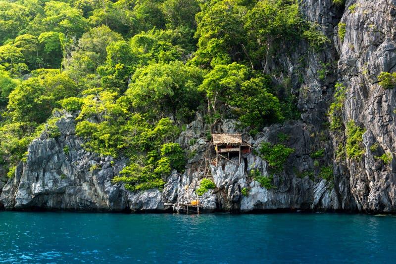 Cabana no penhasco na ilha do kawthaung Myanmar, a cidade fronteiriça imagem de stock royalty free
