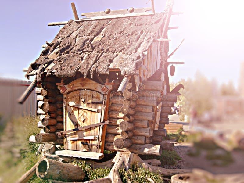 Cabana que está nos pés de galinha Avó feericamente Yaga da casa de madeira imagens de stock royalty free