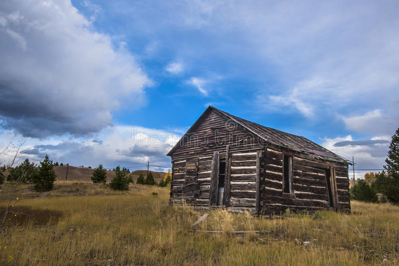 Cabana rústica de madeira abandonada em Gunnison, Colorado imagens de stock royalty free