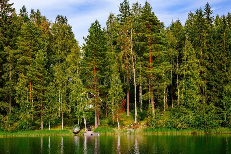 Cabana rústica de madeira de madeira no lago no verão em Finlandia fotos de stock royalty free