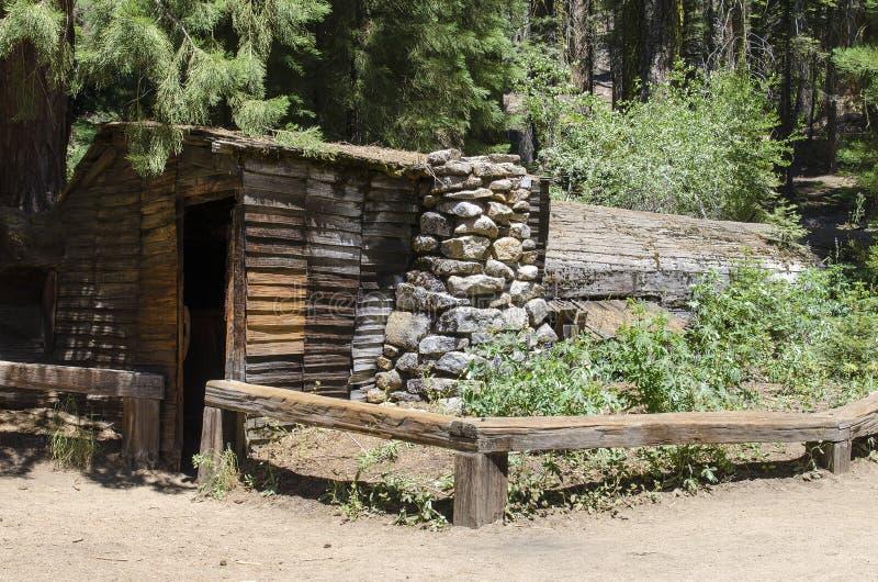 Cabana rústica de madeira histórica feita da árvore caída fotografia de stock royalty free