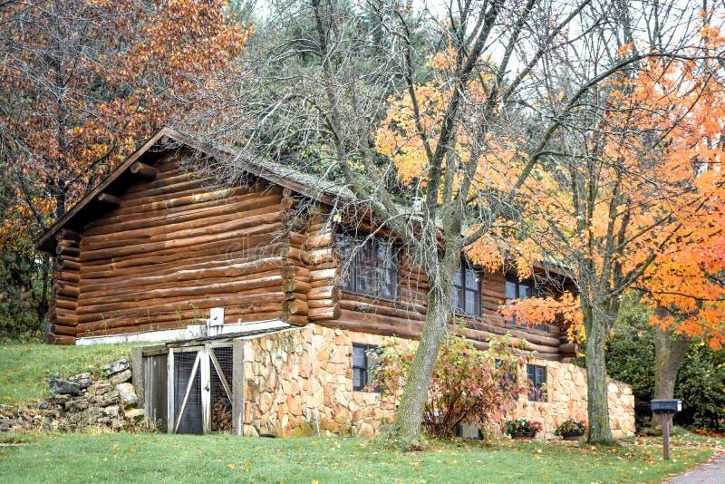 Cabana rústica de madeira na queda com fundação de pedra fotografia de stock