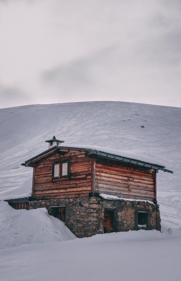 Cabana rústica de madeira de madeira pequena na neve foto de stock