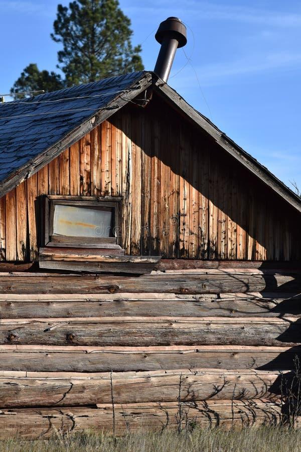 Cabana rústica de madeira velha no campo imagens de stock