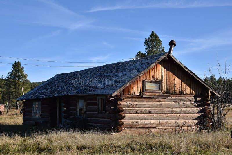 Cabana rústica de madeira velha no campo fotos de stock royalty free