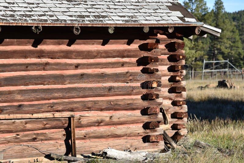 Cabana rústica de madeira velha no campo imagens de stock royalty free