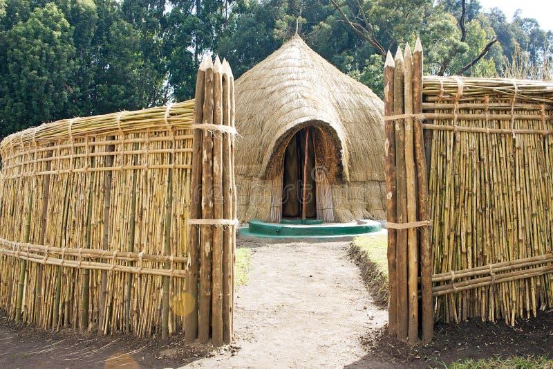 Cabana ruandês do rei tradicional idoso foto de stock