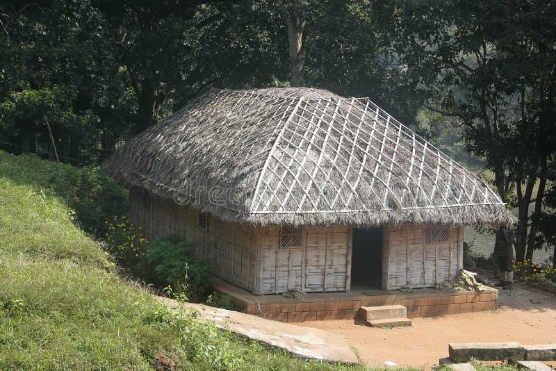 Cabana tribal do Thatch dentro da selva profunda fotografia de stock