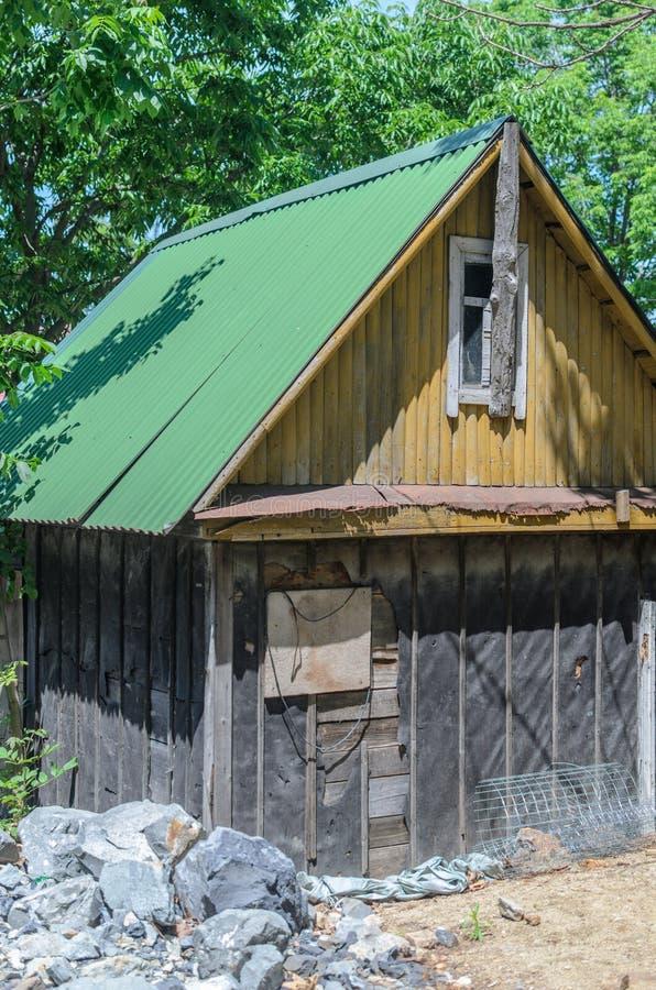 Cabana velha no alojamento de caça da floresta foto de stock royalty free