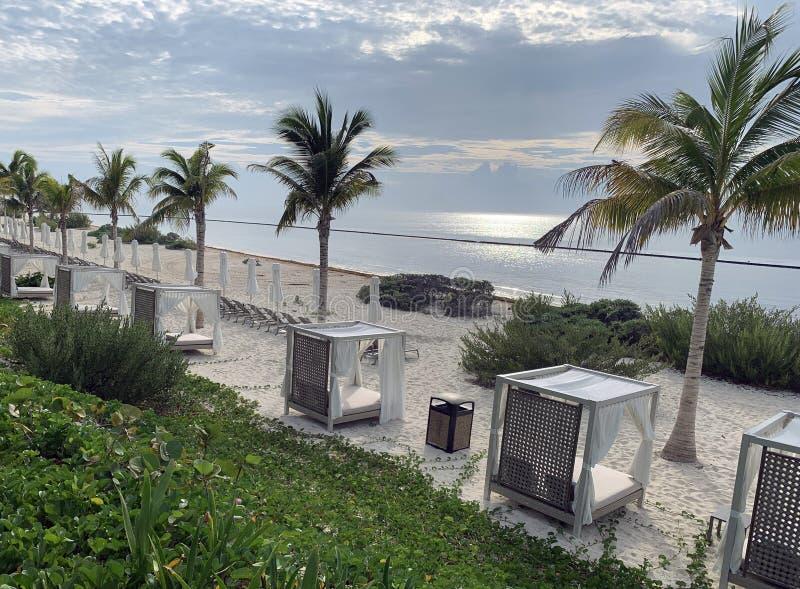 Cabanas auf der Strandlandschaft stockfotos