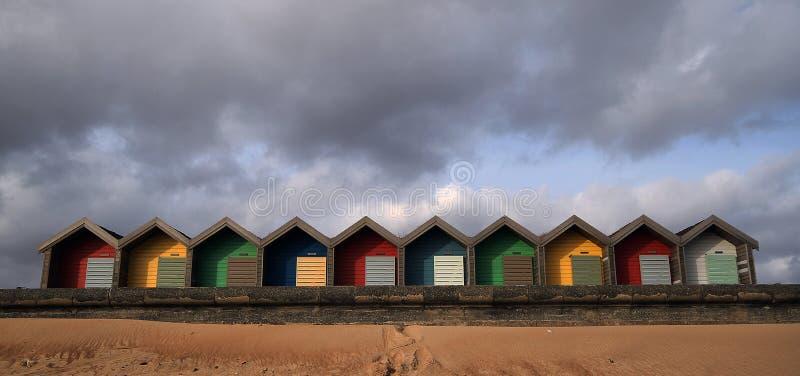 Cabanas coloridas da praia em Blyth, Inglaterra imagens de stock royalty free