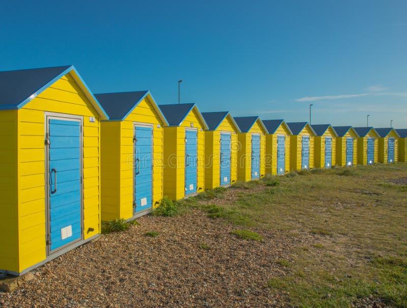Cabanas coloridas da praia em Littlehampton Reino Unido fotos de stock