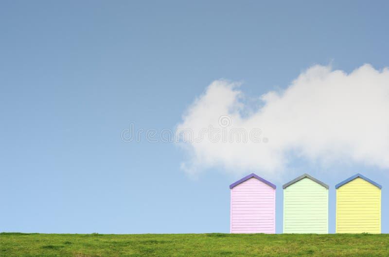 Cabanas coloridas da praia no céu azul foto de stock