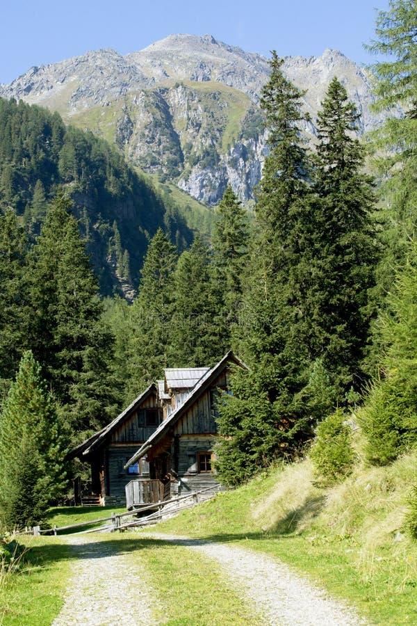 Cabanas da caça em cumes austríacos imagens de stock