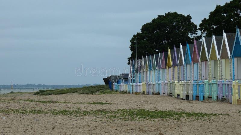 Cabanas da praia em um dia tormentoso fotografia de stock