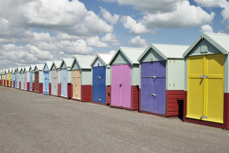 Cabanas da praia. Levantado. Sussex. Inglaterra imagens de stock