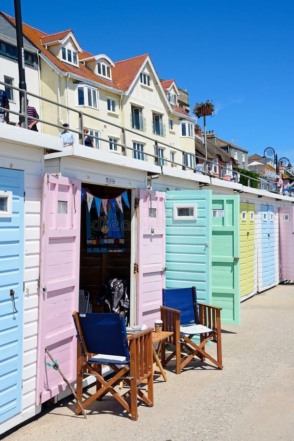Cabanas da praia, Lyme Regis fotos de stock royalty free