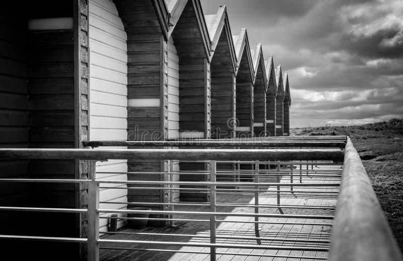 Cabanas da praia na praia Northumberland de Blyth imagem de stock