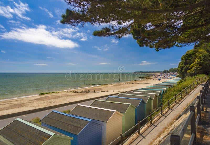 Cabanas da praia na praia de Solent, cabeça de Hengistbury, Bornemouth, Dorse fotografia de stock royalty free