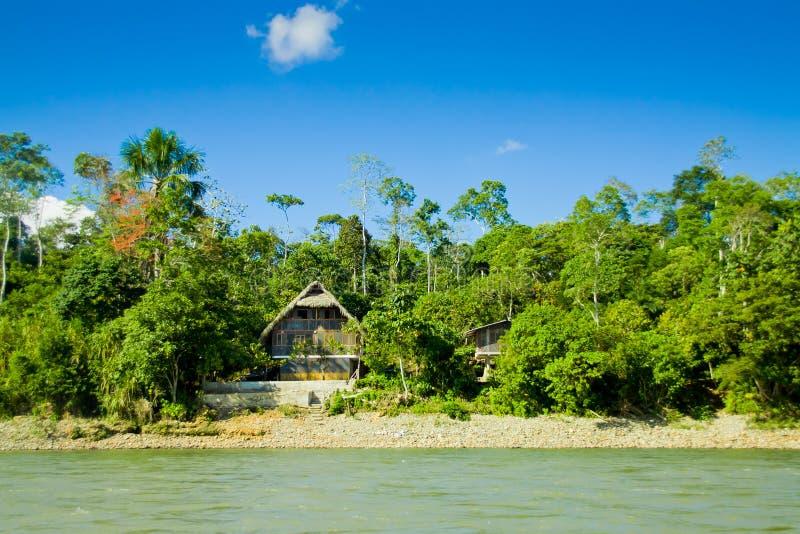 Cabanas de Amazon com rio e skyes azuis imagem de stock royalty free