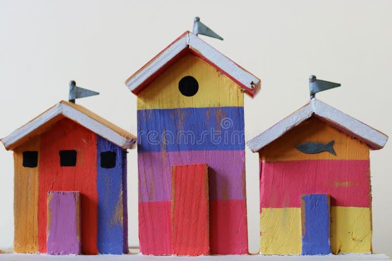 Cabanas de madeira diminutas coloridas da praia imagem de stock royalty free
