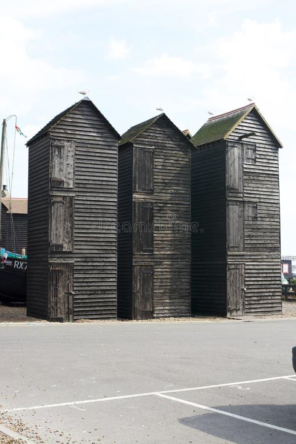 Cabanas de madeira velhas do pescador na praia de Hastings inglaterra foto de stock