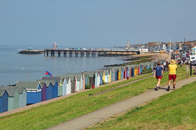 Cabanas do cais e da praia da frente marítima da baía de Herne fotos de stock