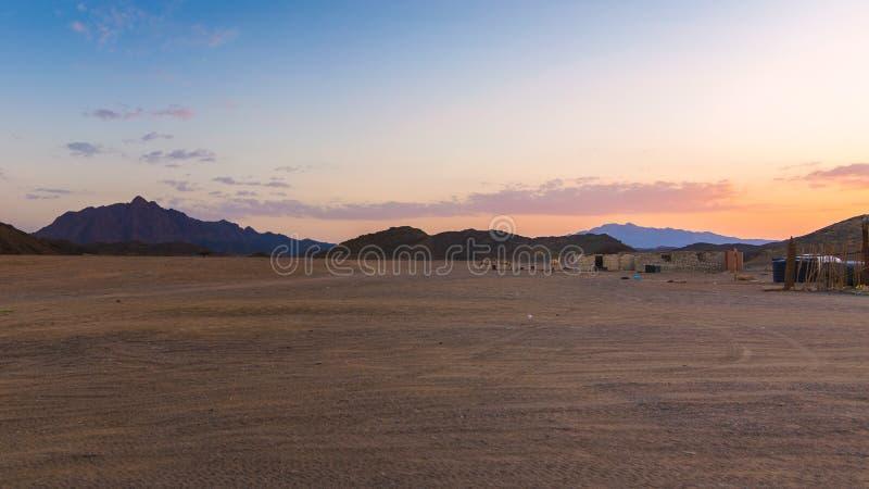 Cabanas do nômada do deserto no por do sol foto de stock royalty free