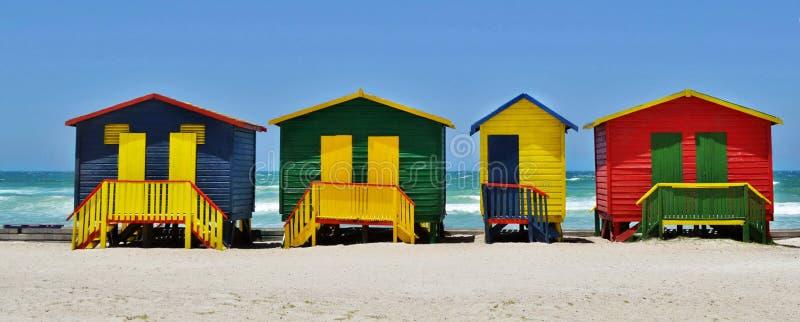 Cabanas em mudança coloridas em uma praia fotos de stock royalty free