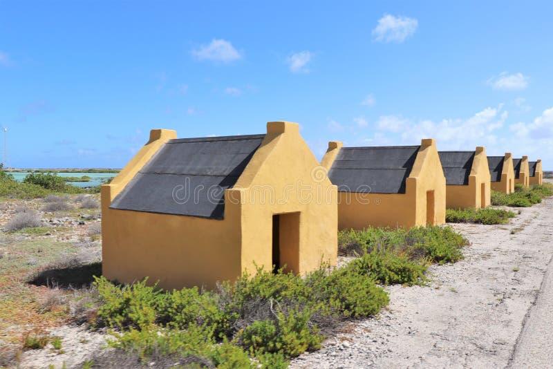 Cabanas históricas do escravo de sal em Bonaire fotos de stock royalty free