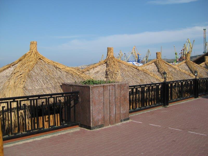 Cabanas na terraplenagem sob o céu azul imagem de stock royalty free