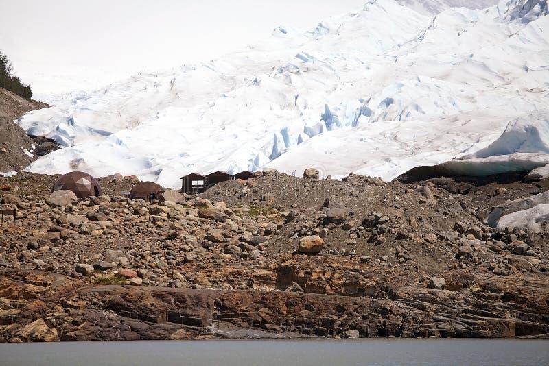 Cabanas no acampamento base a caminhar a opinião de Perito Moreno Glacier de Brazo Rico em Argentino Lake no Patagonia, Argentina fotos de stock royalty free
