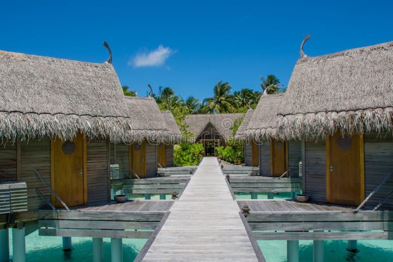 Cabanas no recurso tópico em Maldivas fotografia de stock royalty free