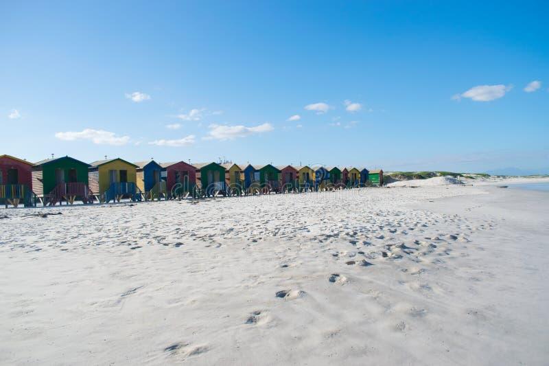 Cabanas no sul - praia africana da cor fotos de stock