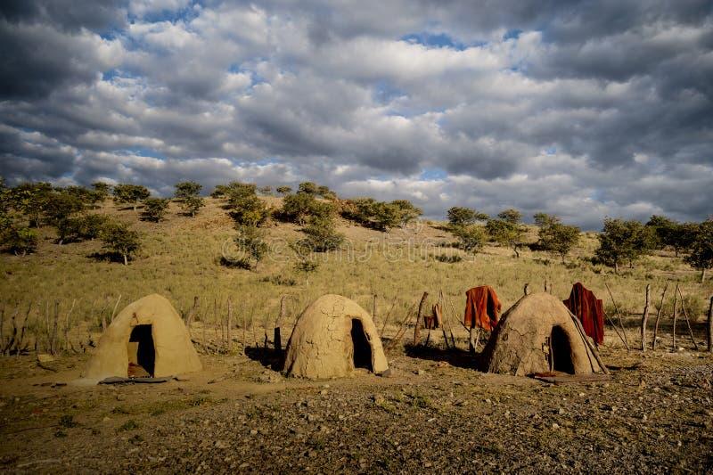 Cabanas redondas da construção da argila e cerca de madeira, África fotografia de stock