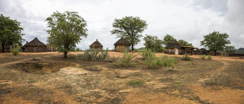 Cabanas rurais tradicionais de Himba do africano perto do Pa nacional de Etosha fotografia de stock royalty free