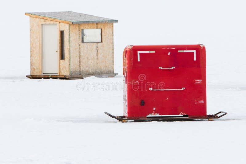 Cabanas vermelhas e de madeira da pesca do gelo foto de stock royalty free