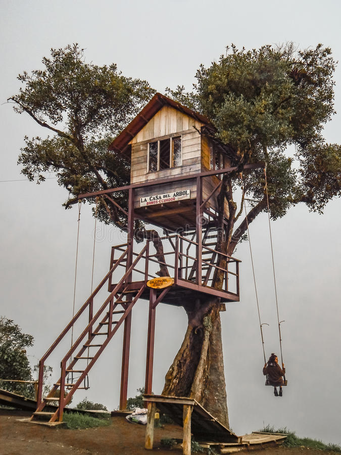 Cabane dans un arbre Banos Equateur image libre de droits
