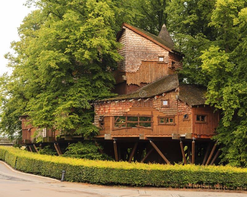 Cabane dans un arbre de jardin d'Alnwick photos stock