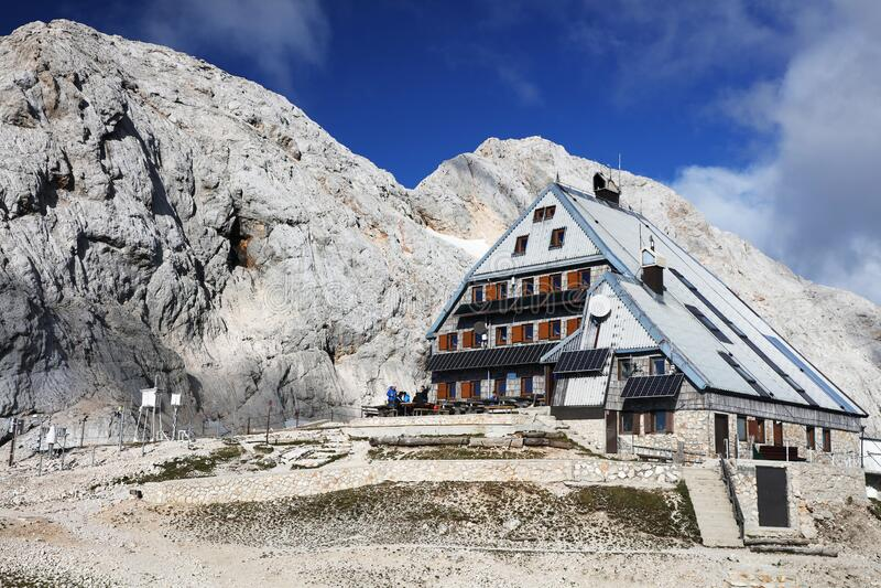Cabane de montagne de Kredarica, montagne de Triglav, Slovénie image libre de droits