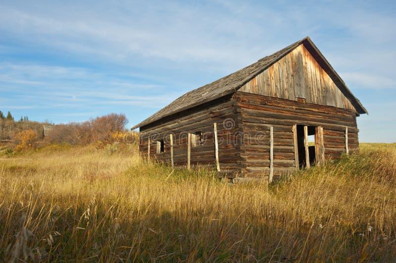 Cabane en rondins abandonnée sur un hiilside photos stock