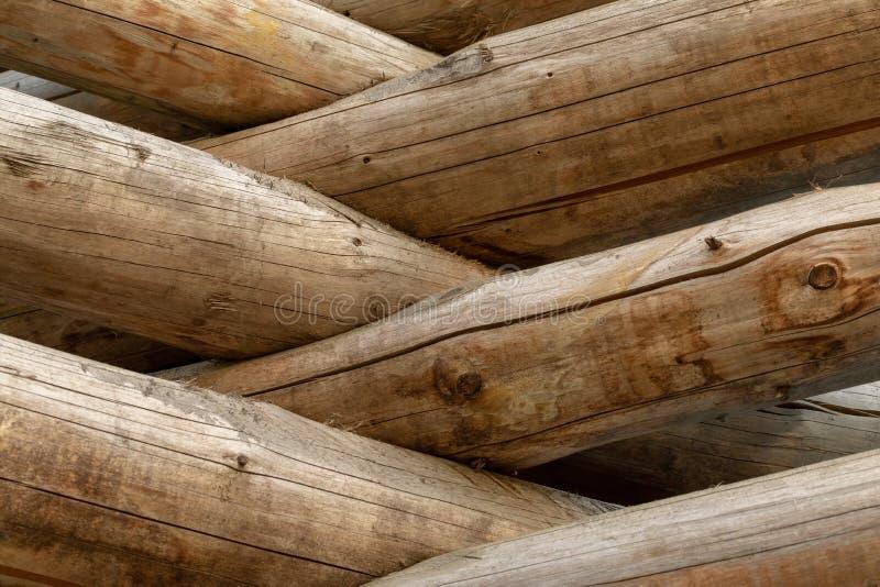 Cabane en rondins russe Fragment du mur de rondin Fond en bois images stock