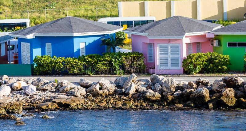 Cabanes roses et vertes bleues image libre de droits