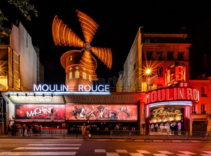 Cabaret ρουζ Moulin τη νύχτα, Παρίσι στοκ φωτογραφίες